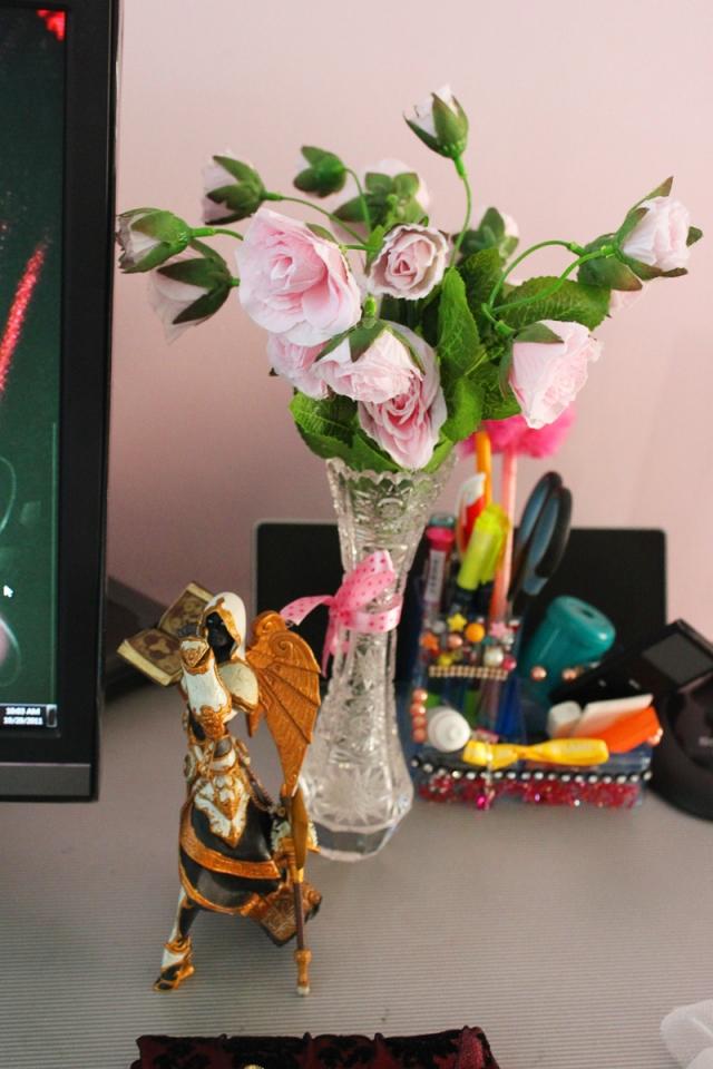 bunny desktop, kỳ đà, tắc kè bông, thú nhồi bông, lcd, screen, màn hình vi tính, angelica, bjd, ball jointed doll, búp bê, bup be, hoa hồng giả, action figure wow human priestess, lọ hoa pha lê, kindle trắng