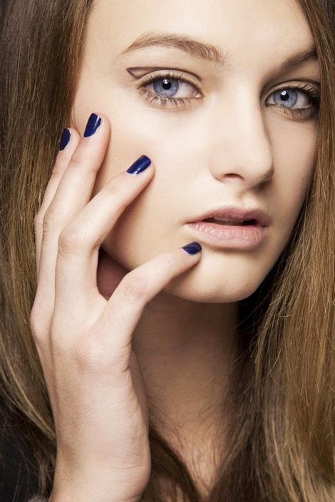 nail art, màu móng tay đẹp, mau mong tay dep, màu móng giáng sinh, mau mong giang sinh, xu hướng móng tay thu đông 2011, xu huong mong tay thu dong 2011, runway, nany, màu xanh tím, mau xanh tim